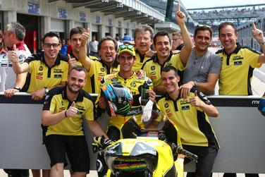 Alex Rins freut sich mit seinem Team über den ersten Sieg in der Moto2