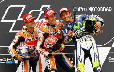 Selfiealarm auf dem Podium der MotoGP am Sachsenring: Dani Pedrosa feiert mit Marc Marquez und Valentino Rossi