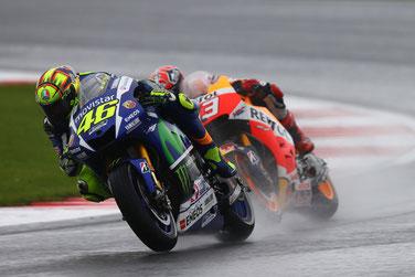 Kampf um den Sieg bei der MotoGP in Silverstone: Valentino Rossi vs. Marc Marquez