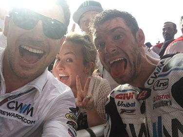 LCR Honda Teamchef Lucio Cecchinello und Cal Crutchlow feiern ihren dritten Platz in der MotoGP in Argentinien
