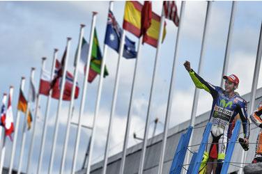 Valentino Rossi bejubelt seinen MotoGP Sieg in Assen