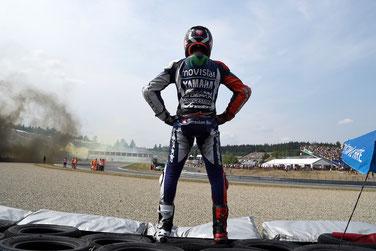Wer ist hier der Boss? Jorge Lorenzo feiert seinen MotoGP Sieg in Brünn