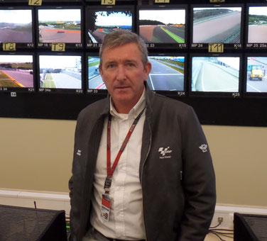 Renndirektor Mike Webb im Kontrollzentrum der MotoGP am Sachsenring