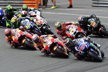 In der ersten Runde mit Sahnestart: Jorge Lorenzo überholt beide Hondas außen und setzt sich an die Spitze