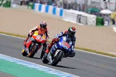 Harter Zweikampf in der letzten Kurve zwischen Marc Marquez und Jorge Lorenzo 2013 in Jerez. War es die richtige Entscheidung zugunsten des Honda Piloten?
