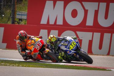 Letzte Kurve bei der MotoGP in Assen. Der Kampf zwischen Valentino Rossi und Marc Marquez um den Sieg.