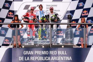Andrea Dovizioso (Ducati), Valentino Rossi (Yamaha) und Cal Crutchlow (LCR Honda) auf em MotoGP Podium in Argentinien