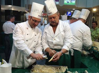 Schälen, bis der Kunde kauft: Stephan Dahlmanns und Eduard Schreyer legen Hand an.