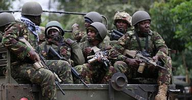 Forze di polizia keniote al confine con la Somalia