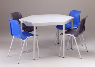 Stühle mit Trapeztisch