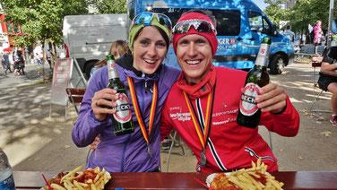 Moni und Ich nach dem Marathon mit Berliner Currywurst, Pommes und Bier