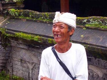 Ein alter fast zahnloser Hindu ist Tempelführer