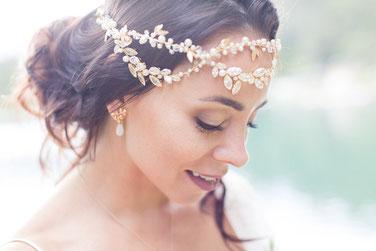 Wunderschöne Braut mit Locken und roten Lippen