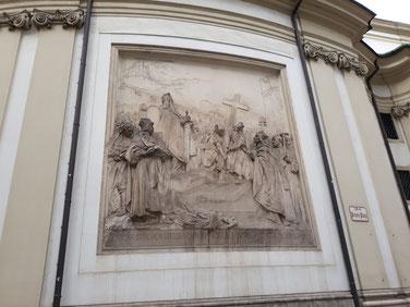 Marmorrelief von Rudolf von Weyr mit der Geschichte Karls der Großen