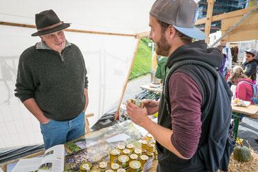 Die Besucher des Marktstandes der Imkerei Ökohof Fläming auf dem Brandenburger Bio-Fest in Berlin wurden durch die Familie Rosenthal gut beraten. Alle Fragen zu Honig, Bienen und Imkerei sowie zum Fläming wurden ihnen beantwortet.