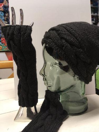 Kappe mit Zopfmuster und passenden Armstulpen, Gestrickt mit Lang Yarns Merino+ Anthrazit