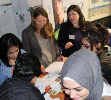 Auf der Ausbildungsbörse informieren sich Jugendliche über Ausbildungsangebote.