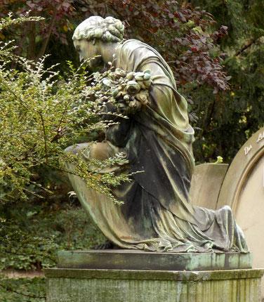 Heinrich Waderé Rosenmädchen Friedhofsfigur Bild: Susann Wuschko