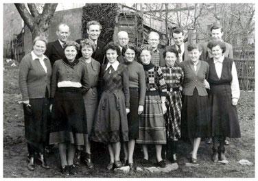 """Das Lehrerkollegium um 1959. Hintere Reihe die """"Macher"""":  2. von rechts G.-D. Hoyer, 3. von rechts V. Strohbach"""