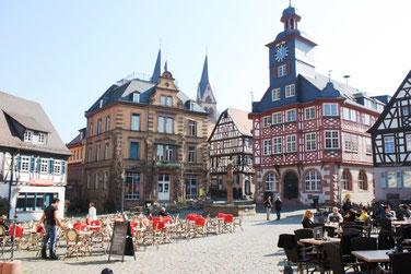 Marktplatz Heppenheim mit Rathaus und Restaurants