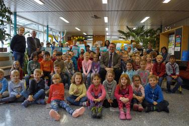 Eine ganz besondere Schulversammlung mit MdB Michael Donth und Gomadingens Bürgermeister Klemens Betz.