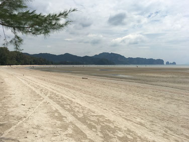 Ao Nang Strand bei Ebbe - es sieht nicht heiß aus, aber es war wie in der Wüste ;)