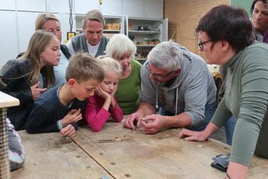 Herr Kampfmann zeigt den Aufbau der Niströhren
