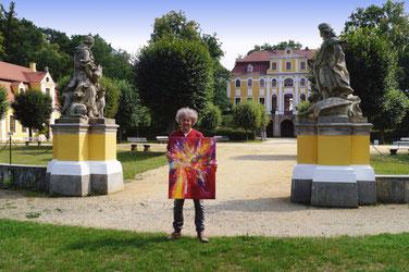 "Peter Nottrott vor dem Barockschloss Neschwitz zur Eröffnung seiner Ausstellung ""Farbsinfonien"""