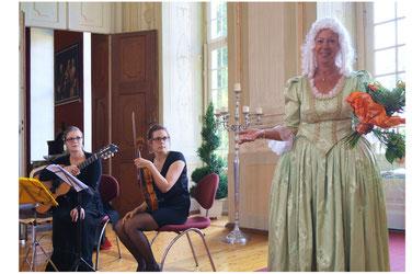 Klassische Musik sowie eine Dame im authentischen Barockkostüm waren perfekte Elemente der Vernissage