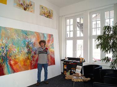 Kunstmaler Peter Nottrott vor einem Großformat in seinem neuen Stadtatelier