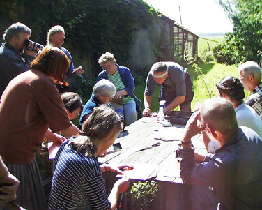 Bild: Prof. Johann Feught bei einem Intaglio Workshop in Cadenberge 2003.