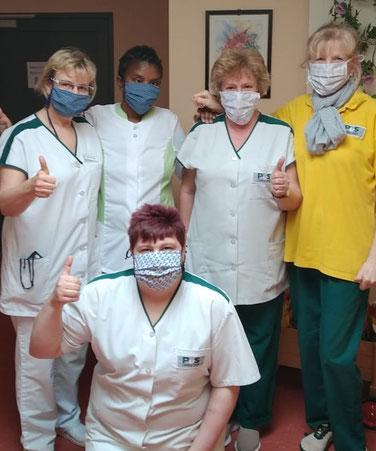 Mitarbeiter des Seniorenzentrums mit den neuen Schutzmasken.