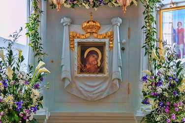 Чудотворная икона Пресвятой Богородицы. Здесь больные получают исцеление, скорбящие - утешение, просящие - полезное.