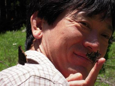 肩にキベリ、指先にシータテハを止まらせている筆者の写真