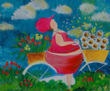 dame op de fiets met rode tulpen en margrieten