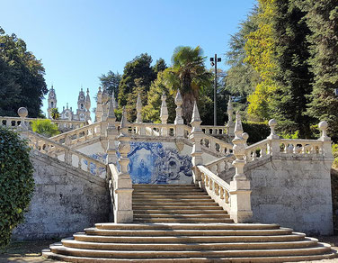 Kachelverzierte Treppe am Hang zur Kirche Nossa Senhora dos Remedios