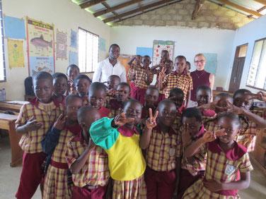 Kinder beim Freiwilligendienst in einer Schule