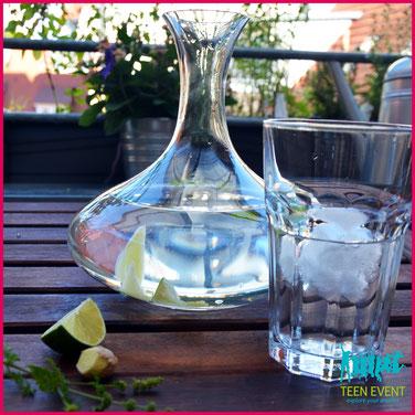 Infused Water mit Limette, Minze und Ingwer