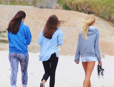 Freundinnen am Strand Geschenkideen 14 jährige Jugendweihe Geschenk