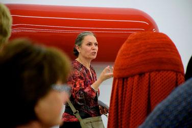 Kuratorin Dr. Rita E. Täuber führt durch die Ausstellung