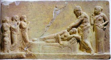 Stèle prépythagoricienne d'Asklepios, dieu grec de la médecine, procédant à un traitement manuel.