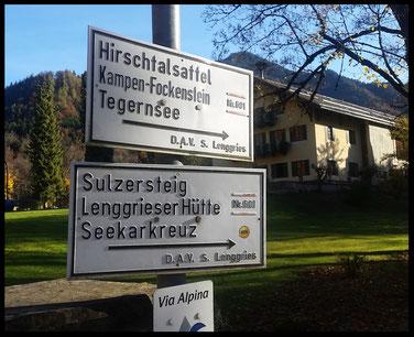 Bei Wanderern und Bikern gleichermaßen beliebt: Weg Nummer 601, dem auch wir ein paar Kilometer folgen. Hier der Start an der Grundig-Villa.
