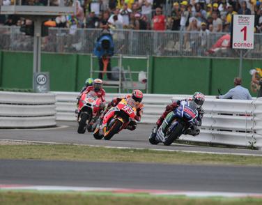 Ausfahrt aus der Boxengasse in einem turbulenten MotoGP Rennen in Misano