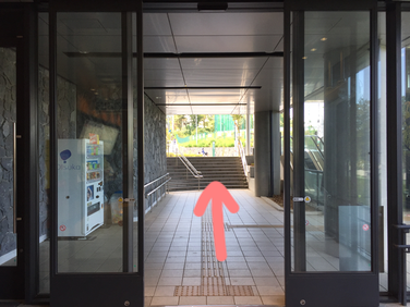 アクセス 国際センター駅出口を出る