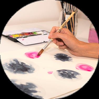 kunsttherapeutischer Prozess: Malen mit Pinsel und Farbe