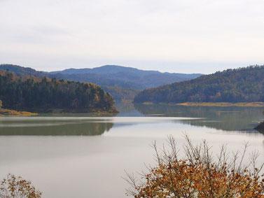 桂沢湖周辺は石炭層とアンモナイトを含む地層が分布する ジオパーク(空知総合振興局そらち道草写真館)