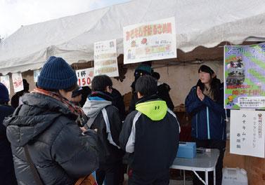 雪まつりのイベント冬鍋大会。一番おいしい鍋に投票(画像提供:新十津川町)