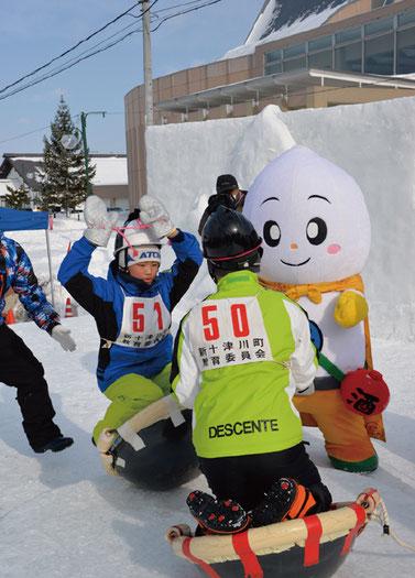 グラグラ揺れる中華鍋に乗る国際中華鍋押相撲は雪まつりの人気イベント(画像提供:新十津川町)