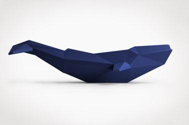 großer Wal Skulptur Papier seitlich tintenblau