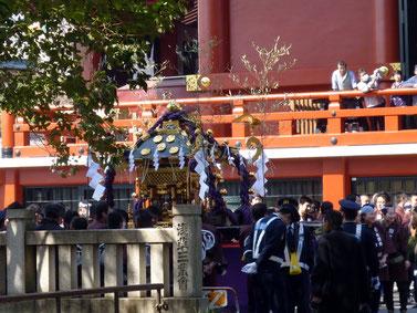 浅草神社に帰る宮神輿